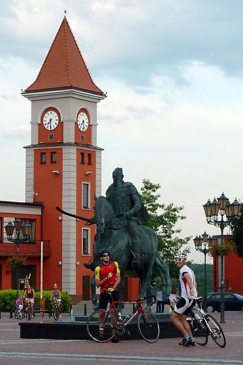 Pod pomnikiem Stefana Czarnieckiego wWarce