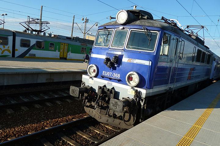 Lokomotywa EU07 wciąga pociąg Hańcza naDworzec Wschodni