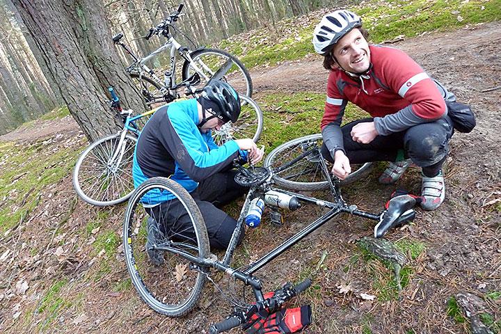 Inżynierowie naprawiają rower